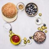 Ingrediënten voor eigengemaakte hamburger met tonijn, gevoerd kader op houten rustieke achtergrond hoogste meningsplaats voor tek Stock Afbeelding
