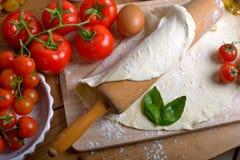 Ingrediënten voor eigengemaakte pizza Royalty-vrije Stock Foto's