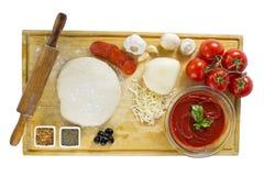 Ingrediënten voor eigengemaakte pizza stock afbeeldingen