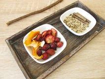 Ingrediënten voor fruitthee met vruchten, sinaasappelschil en zoethoutwortel stock fotografie
