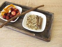 Ingrediënten voor fruitthee met vruchten, sinaasappelschil en zoethoutwortel stock foto's