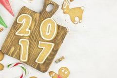 Ingrediënten voor gemberkoekjes in de vorm van het nieuwe jaar van 2017 Royalty-vrije Stock Foto's