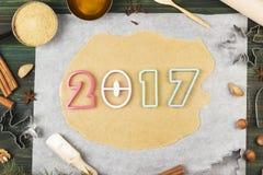 Ingrediënten voor gemberkoekjes in de vorm van het nieuwe jaar van 2017 met Stock Foto