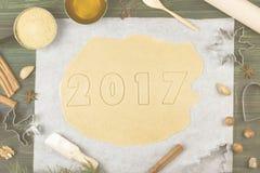 Ingrediënten voor gemberkoekjes in de vorm van het nieuwe jaar van 2017 met Royalty-vrije Stock Fotografie