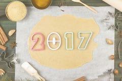 Ingrediënten voor gemberkoekjes in de vorm van het nieuwe jaar van 2017 met Stock Foto's