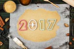 Ingrediënten voor gemberkoekjes in de vorm van het nieuwe jaar van 2017 met Stock Afbeelding