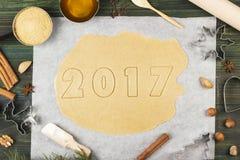 Ingrediënten voor gemberkoekjes in de vorm van het nieuwe jaar van 2017 met honing en kaneel op een houten achtergrond Royalty-vrije Stock Afbeelding