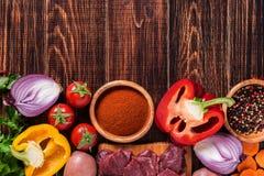 Ingrediënten voor goelasj of hutspot die koken: ruw vlees, kruiden, kruiden, v Royalty-vrije Stock Foto