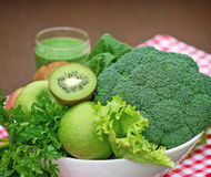 Ingrediënten voor groene smoothie worden gebruikt die Stock Foto