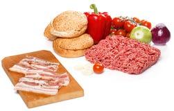 Ingrediënten voor hamburger over de witte achtergrond Stock Fotografie