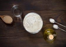 Ingrediënten voor het deeg van de receptenpizza op donkere houten achtergrond Royalty-vrije Stock Afbeeldingen