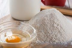 Ingrediënten voor het koken baksel - bloem, ei, koekjessnijders op w stock foto