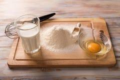 Ingrediënten voor het koken baksel - bloem, ei, koekjessnijders op w stock foto's