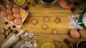 Ingrediënten voor het koken baksel Bloem, eieren, bruine suiker en kruiden stock video