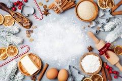 Ingrediënten voor het koken Kerstmisbaksel met spar worden verfraaid die Bloem, bruine suiker, eieren en kruiden hoogste mening D royalty-vrije stock afbeeldingen