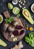 Ingrediënten voor het koken van biet en avocado detox salade Voor een donkere achtergrond, hoogste mening royalty-vrije stock afbeelding