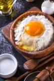 Ingrediënten voor het koken van brood op een donkere achtergrond, verticaal Royalty-vrije Stock Fotografie