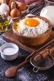 Ingrediënten voor het koken van brood op een donkere achtergrond, verticaal Stock Fotografie