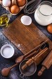 Ingrediënten voor het koken van brood op een donkere achtergrond, verticaal Stock Foto's