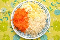 Ingrediënten voor het koken van een salade van geraspte kaas en gekookte eieren op een plaat op de keukenlijst Royalty-vrije Stock Afbeelding