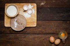 Ingrediënten voor het koken van eieren (achtergrond) Stock Foto's