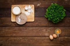 Ingrediënten voor het koken van eieren (achtergrond) Stock Foto