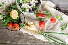 Ingrediënten voor het koken van Griekse salade Hoogste mening Royalty-vrije Stock Foto's