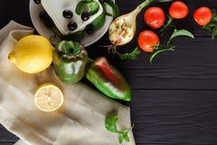 Ingrediënten voor het koken van Griekse salade Hoogste mening Stock Foto