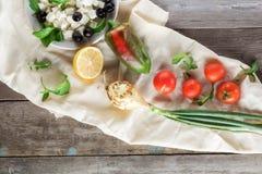 Ingrediënten voor het koken van Griekse salade Vlak leg Royalty-vrije Stock Foto