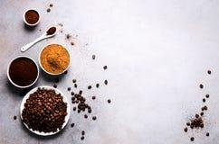 Ingrediënten voor het maken van cafeïne drinken - bruine kokosnotensuiker, koffiebonen, grond en onmiddellijke koffie op licht be stock foto