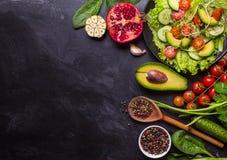 Ingrediënten voor het maken van salade royalty-vrije stock afbeeldingen