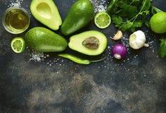 Ingrediënten voor het maken van traditionele Mexicaanse onderdompeling guacamole de bovenkant wedijvert Royalty-vrije Stock Foto