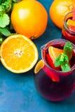 Ingredi?nten voor het verfrissen van niet-alkoholische de zomer detox schoonmakende drank Sangria van verscheidenheid van vruchte stock foto