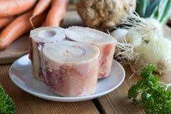 Ingrediënten voor het voorbereiden van een bouillon van het rundvleesbeen stock fotografie