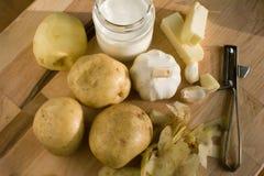 Ingrediënten voor knoflook fijngestampte aardappels in recente middaglicht Royalty-vrije Stock Afbeelding