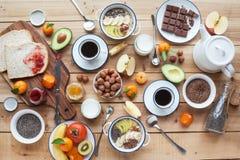 Ingrediënten voor ontbijt, noten, havermeel, honing, bessen, fruit, Royalty-vrije Stock Fotografie