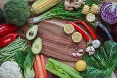 Ingrediënten voor ontbijt, noten, havermeel, honing, bessen, fruit, Stock Foto