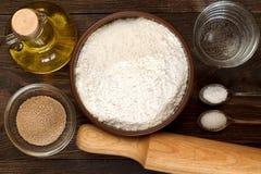 Ingrediënten voor pizzadeeg op donkere houten achtergrond Stock Fotografie