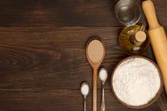 Ingrediënten voor pizzadeeg op een donkere rustieke achtergrond Stock Foto's