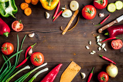 Ingrediënten voor plantaardige ragoût op houten hoogste mening als achtergrond stock foto's