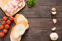 Ingrediënten voor sandwich met gerookt vlees, baguette op houten bedelaars Stock Afbeeldingen