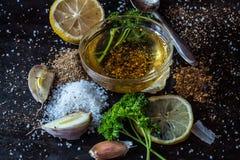 Ingrediënten voor saus Selectie van kruidenkruiden en greens ing stock afbeelding