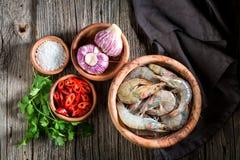 Ingrediënten voor smakelijke eigengemaakte garnalen op houten kom royalty-vrije stock afbeeldingen