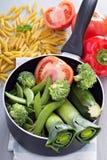 Ingrediënten voor soep met deegwaren en groenten Stock Afbeeldingen