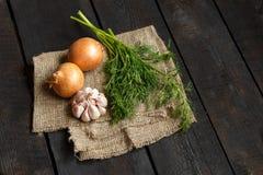 Ingrediënten voor soep of salade: ui, knoflook op een donkere achtergrond Royalty-vrije Stock Afbeeldingen