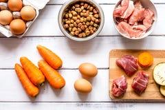 Ingrediënten voor voedsel voor huisdieren holistic hoogste mening over houten achtergrond stock afbeelding