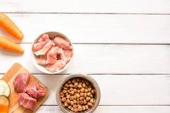 Ingrediënten voor voedsel voor huisdieren holistic hoogste mening over houten achtergrond royalty-vrije stock afbeelding