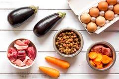 Ingrediënten voor voedsel voor huisdieren holistic hoogste mening over houten achtergrond stock afbeeldingen