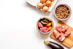 Ingrediënten voor voedsel voor huisdieren holistic hoogste mening over witte achtergrond stock fotografie