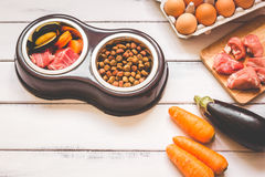Ingrediënten voor voedsel voor huisdieren natuurlijk op houten achtergrond Stock Foto